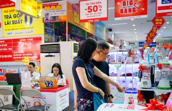 Khách hàng có thể thoải mái tham quan, mua sắm tại Nguyễn Kim