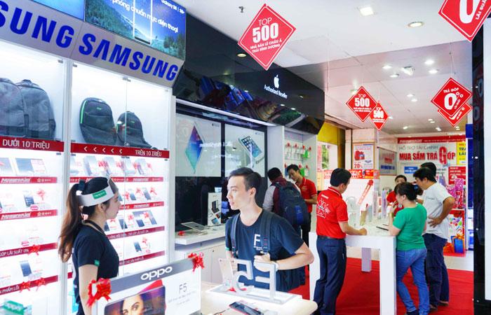 Nhiều bạn trẻ đến mua sắm các thiết bị công nghệ mới