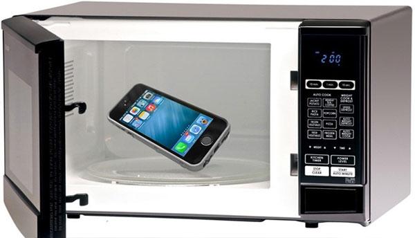 Cho điện thoại vào lò vi sóng để kiểm tra rò rỉ bức xạ. Tuy nhiên, bạn nhớ không khởi động lò nhé!