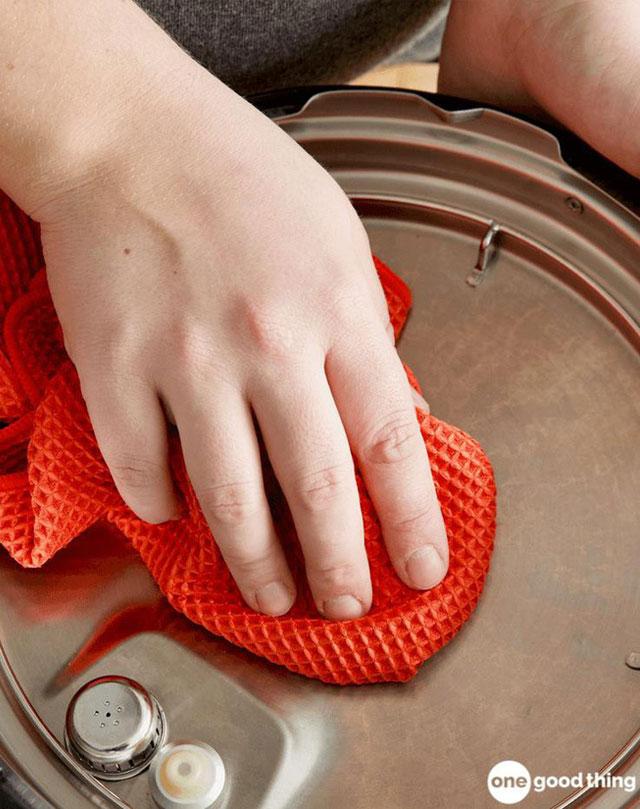 Hãy nhớ lau sạch nắp nồi mỗi khi nấu ăn xong