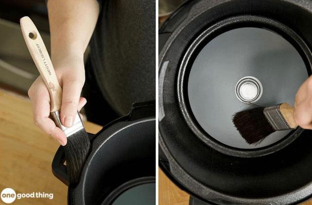 Sử dụng một bàn chải nhỏ để loại bỏ phần dư lượng thực phẩm khô ra khỏi đáy nồi