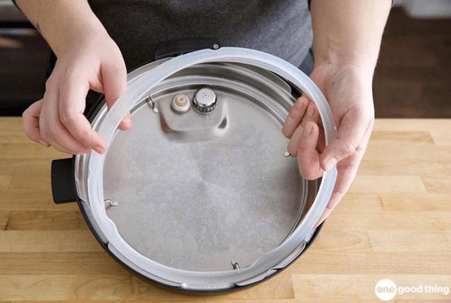 Thay vòng silicon của nồi áp suất nếu phát hiện chúng bị hỏng