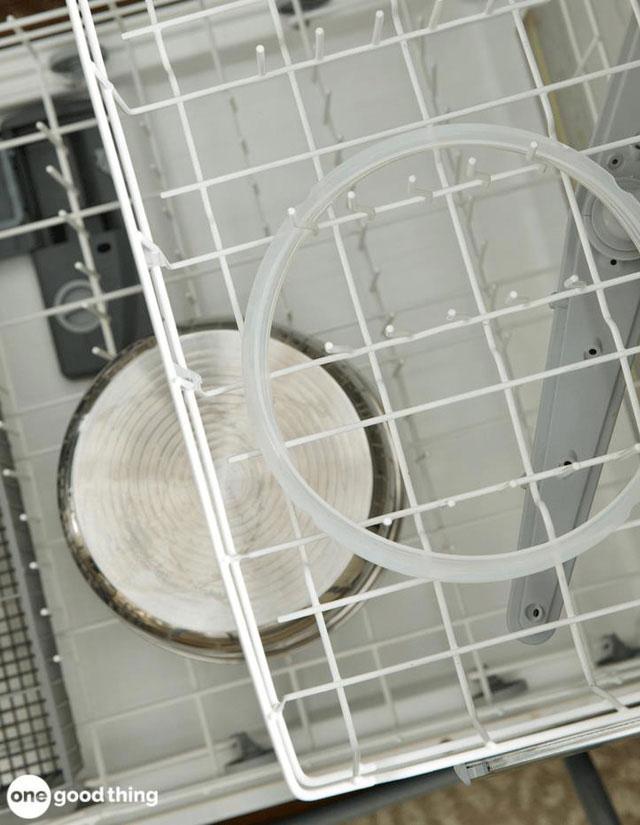 Khị vệ sinh bạn hãy chú ý làm sạch các bộ phận nhỏ của nồi áp suất