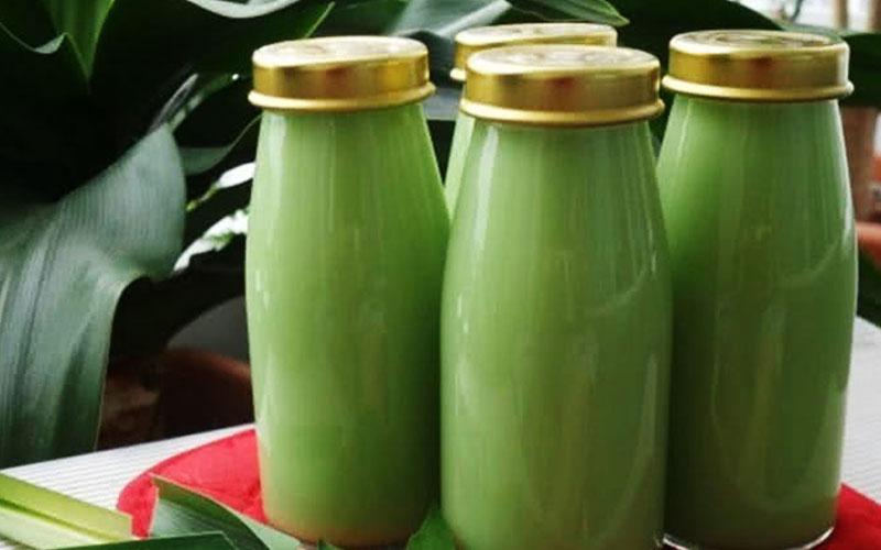 Để cho sữa đậu nành lá dứa nguội hẳn mới rót vào bình hoặc hũ sạch, bảo quản trong ngăn mát tủ lạnh uống trong vài ngày.
