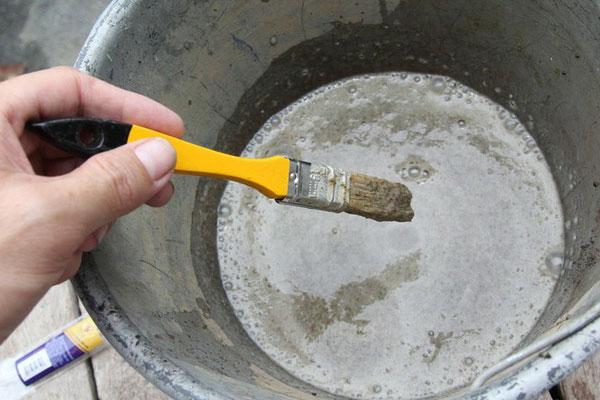 Bước 5: Đổ hỗn hợp ra xô, rồi dùng cọ để vẽ.