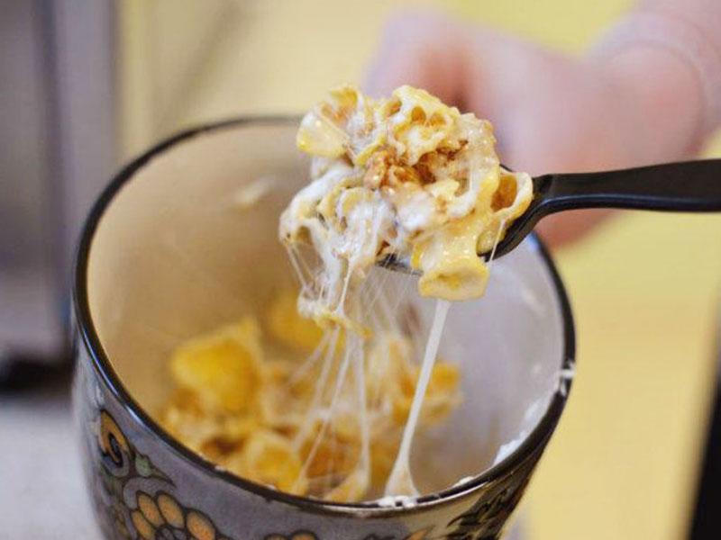 Trộn nửa thìa cà phê bơ và 5 miếng kẹo dẻo vào một cái bát có thể bỏ được vào lò vi sóng