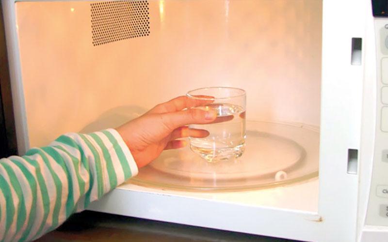 Những chiếc lò vi sóng còn mới tinh, chưa qua sử dụng sẽ dễ có mùi. Do đó, trước khi dùng nó để hâm nóng hay nấu nướng thực phẩm, bạn hãy đặt 1 ly nước vào lò và đun nóng lên, như thế mùi nhựa và kim loại sẽ bay đi.