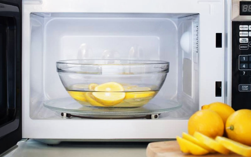 Chanh cắt thành từng lát rồi cho vào chén nước, nấu trong lò vi sóng khoảng 3 phút hoặc lâu hơn đến khi thấy hơi nước bốc lên. Tiếp đến, bạn tắt lò, để yên một thời gian, hơi chanh sẽ khử mùi hôi trong lò vi sóng. Sau đó, bạn lấy ra và lau lại bằng khăn sạch.