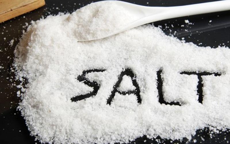 Thức ăn khi chế biến thường bị bám dưới đáy lò, bạn rắc ít muối lên đó, đợi lò nguội thì dùng miếng bọt biển thấm nước ấm, vắt khô rồi lau.