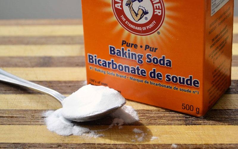 """Baking soda là """"thần dược"""" để làm sạch các vật dụng nhà bếp cũng như khử mùi hôi hiệu quả. Bạn cho 2 thìa baking soda vào 1 ly nước, quay trong lò vi sóng 2 - 3 phút rồi dùng khăn khô lau lại."""