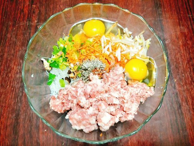 Bước 3: Bạn cho thịt xay, cà rốt, giá đỗ, mộc nhĩ, nấm hương, hành lá, miến, trứng gà và phần gia vị bột canh, tiêu, bột ngọt sau đó trộn thật đều nguyên liệu, để khoảng 10 phút cho nguyên liệu ngấm gia vị là chúng ta được phần nhân gói chả nem rán