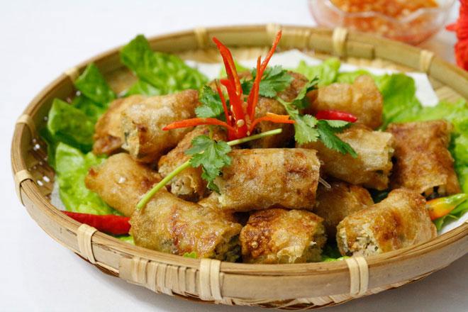 Chả nem rán có thể ăn với cơm hoặc bún, chấm nước mắm chua ngọt ăn kèm rau sống là tuyệt vời nhất
