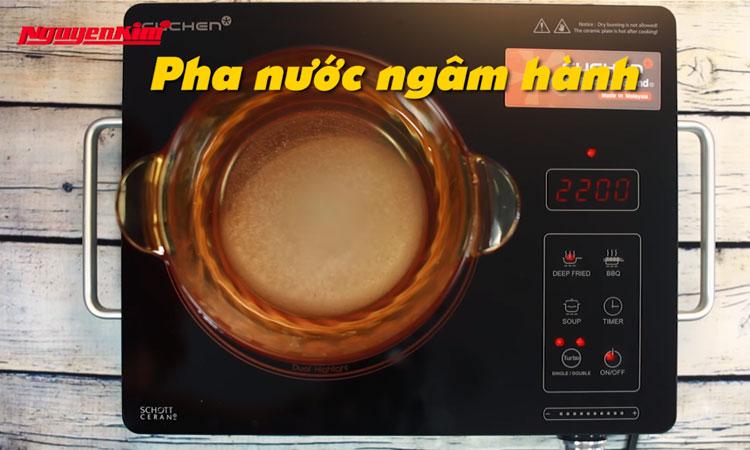 Bạn cho lượng nước vừa đủ vào nồi, bật bếp điện hoạt động. Sau đó thêm 5thìa đường, 4 thìa giấm, 1 thìa rưỡi muối, khuấy đều, đun sôi.
