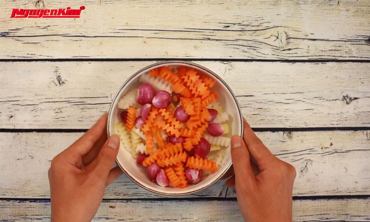 Cà rốt, củ cải, su hào cắt thành sợi khoảng 0,5 cm. Hành tím bóc sạch vỏ, rửa sạch. Cho tất cả vào thau.