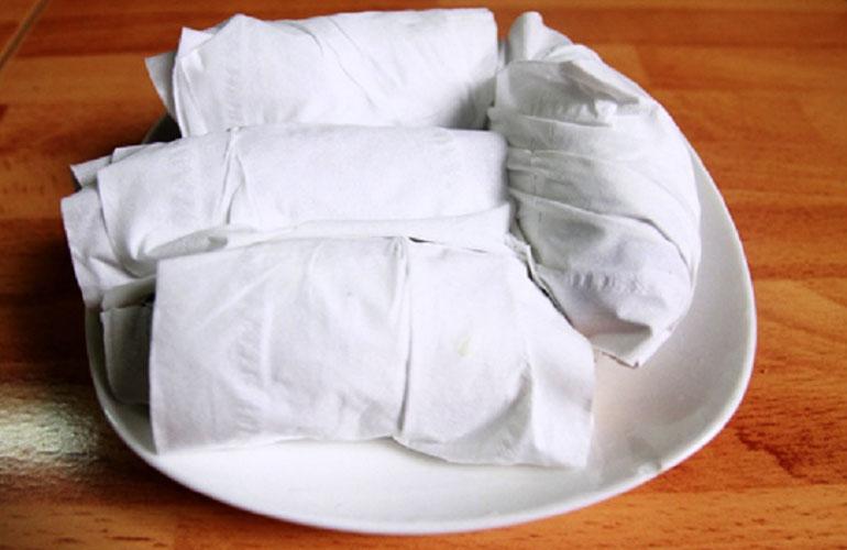 Bọc kín củ khoai bằng giấy ăn