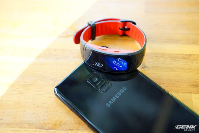 Vòng đeo mang tông màu đen-đỏ, nằm cạnh chiếc Galaxy A8+ (2018) cũng sắp chính thức lên kệ cùng ngày