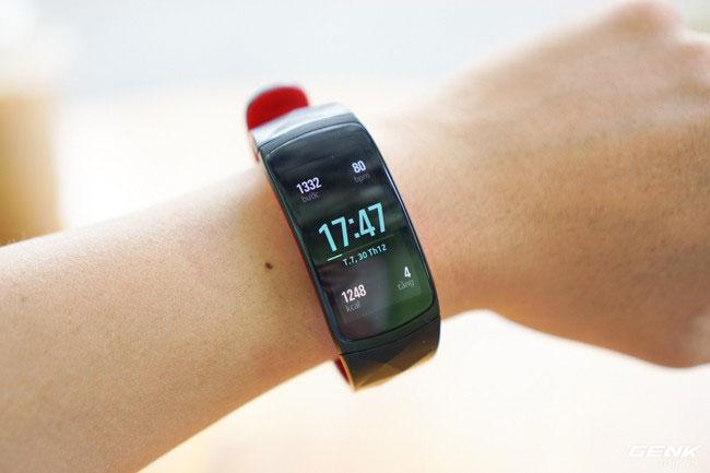 Tiếp tục mang đến thiết kế nhỏ gọn và bo cong vào lòng bàn tay, Gear Fit2 Pro tạo cảm giác rất thoải mái khi đeo vào và phù hợp với những người có cổ tay nhỏ ở nước ta