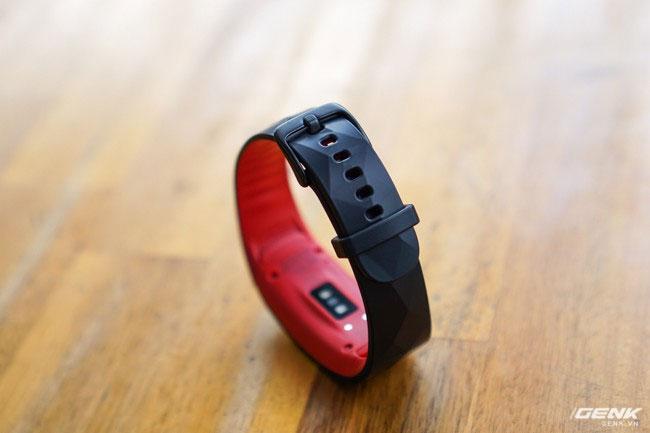 Móc cài mới cũng được xuất hiện trên thiết bị này, chắc chắn hơn và khắc phục tình trạng rơi ra khỏi cổ tay trong những tình huống hoạt động mạnh