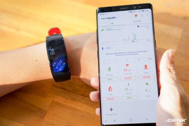 Người dùng cũng có thể theo dõi hoạt động hàng ngày trên ứng dụng Samsung Health trên điện thoại Galaxy của mình, tất cả mọi thông tin đều được đồng bộ, rất tiện lợi