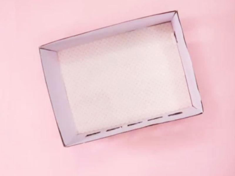 Dán các miếng lót vào bên trong lòng hộp.