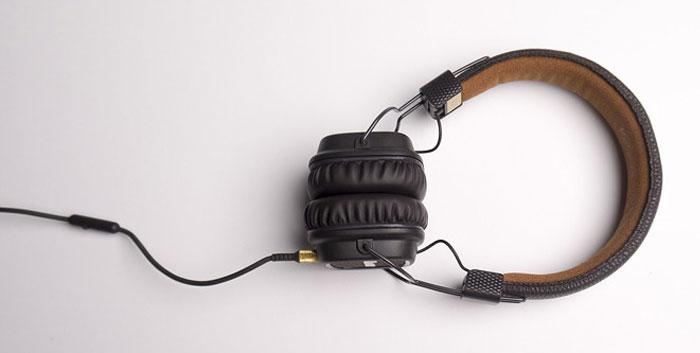 Tai nghe có chiều dài dây khá dài nên bạn hãy lưu ý tránh đạp lên nhé!