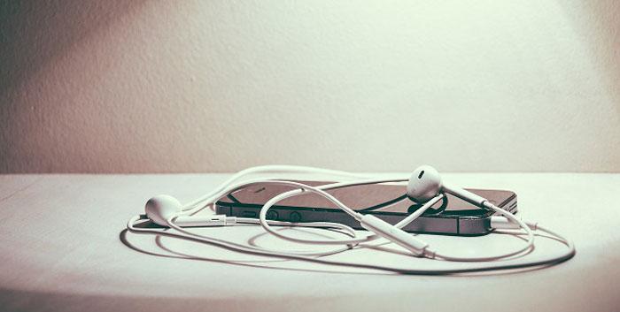Kh tháo tai nghe ra khỏi điện thoại hoặc laptop, hãy kéo đầu cắm thay vì thân dây