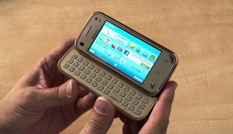 Là anh em với Nokia N95, N97 có màn hình cảm ứng điện trở và bàn phím QWERTY