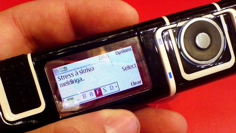 """Trông như một thỏi son Nokia 7280 là chiếc điện thoại """"năm ấy các cô gái theo đuổi"""""""