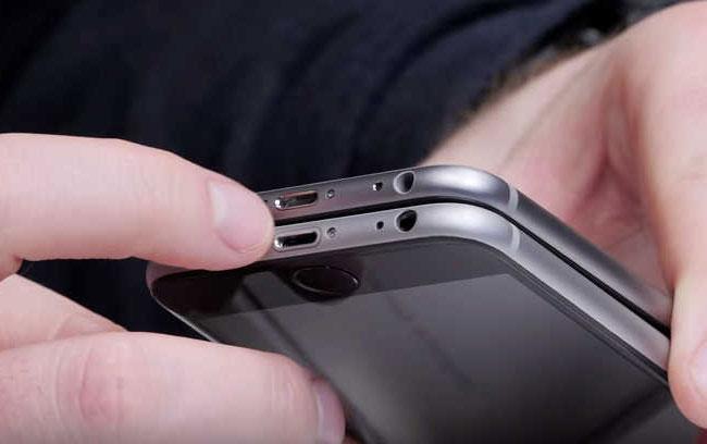 Bạn sẽ thấy rõ sự khác biệt ở các đường cắt vát kim cương trên 2 chiếc iPhone thật và giả