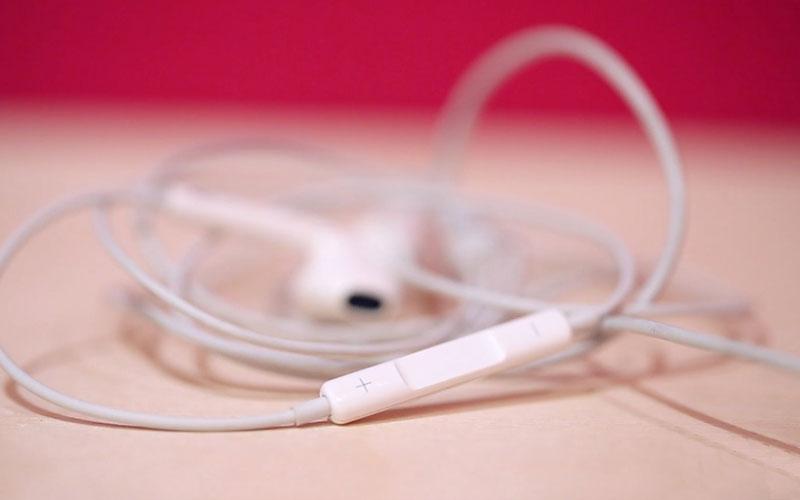 Khi mua những chiếc iPhone từ đời iPhone 7 trở xuống, bạn đều nhận được phụ kiện đi kèm là cáp sạc và tai nghe.