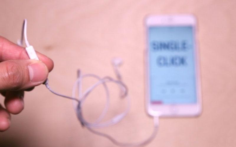 Bạn nhấn vào nút giữa của tai nghe, iPhone sẽ tự động chơi nhạc từ ứng dụng có sẵn hoặc ứng dụng streaming được cài trên máy.
