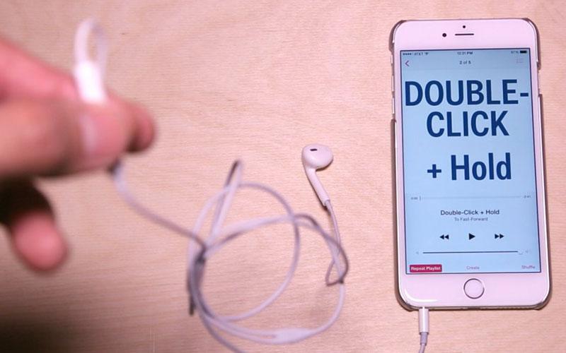 Muốn tua nhanh bài nhạc, bạn nhấn 2 lần và giữ nút trung tâm.