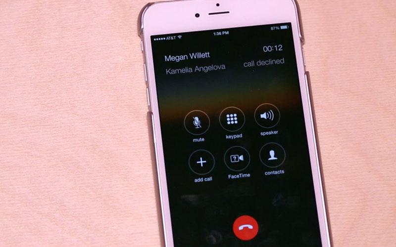 Khi bạn muốn bỏ qua cuộc gọi và chuyển nó vào chế độ hộp thư thoại, chỉ cần nhấn và giữ nút trung tâm.