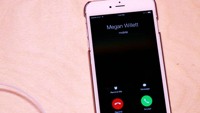 Khi có cuộc gọi đến, bạn nhấn vào nút trung tâm để nghe máy.