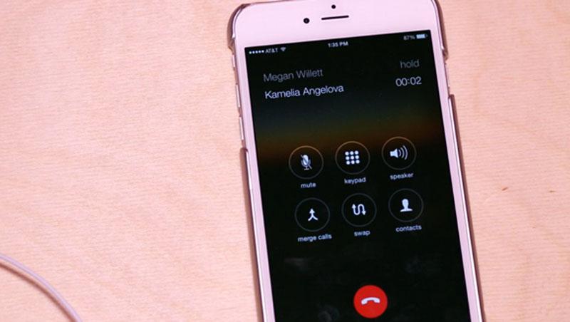 Trường hợp điện thoại có cuộc gọi khác, bạn nhấn vào nút trung tâm để nghe cuộc gọi này và cuộc gọi ban đầu sẽ chuyển sang chế độ chờ.