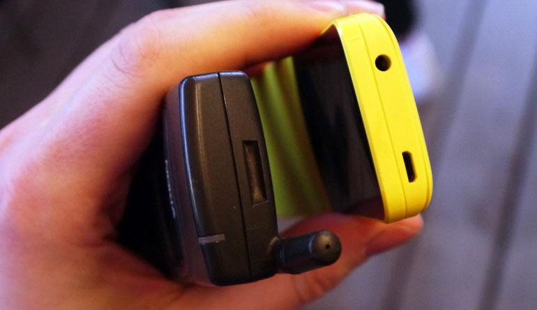 Đỉnh máy Nokia 8110 là cổng âm thanh 3.5 và micro USB
