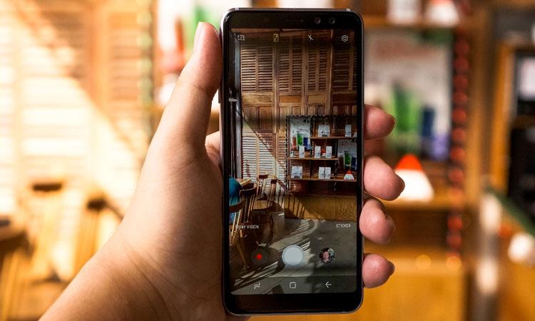 Đây là bộ đôi điện thoại đầu tiên được Samsung trang bị camera selfie kép