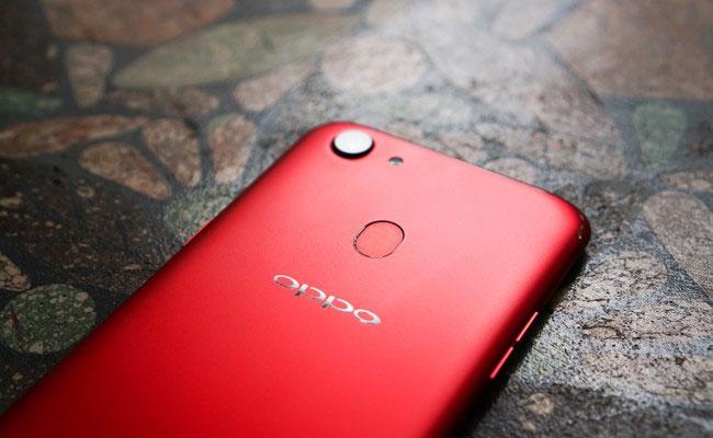 Bên cạnh khả năng bảo mật bẳng khuôn mặt, OPPO F5 cũng không thiếu bảo mật bằng vân tay. Phần cảm biến vân tay được đặt ở mặt lưng máy, ngay phía trên logo OPPO.