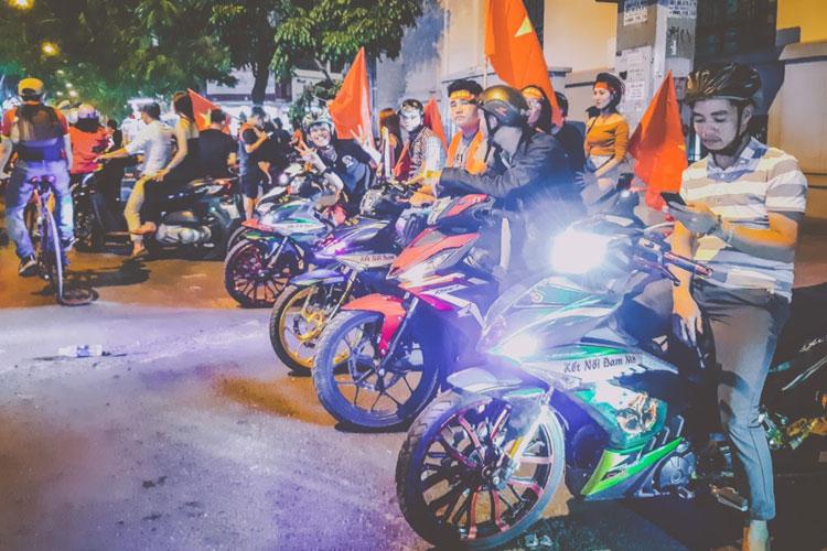 Người ngàn người hâm mộ vỡ òa cảm xúc khi thủ thành Tiến Dũng cản phá cú sút của đội bạn để giúp Việt Nam dành ưu thế.