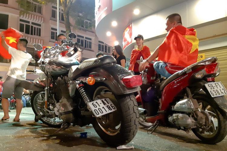 Đường phố ngập tràn lá cờ đỏ sao vàng, mọi người đều rất hạnh phúc và hô vang 'Việt Nam vô địch'.