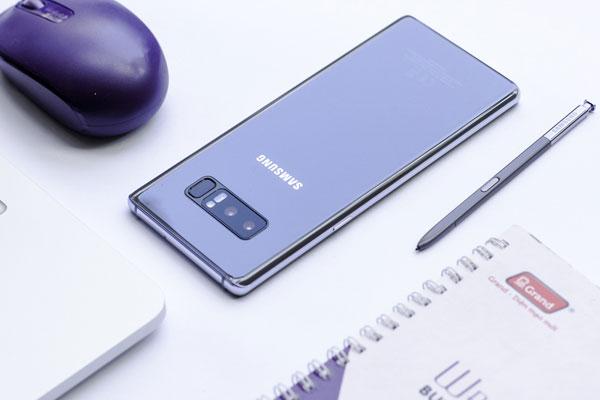 Bút S Pen sở hữu màu tím đồng bộ với chiếc điện thoại