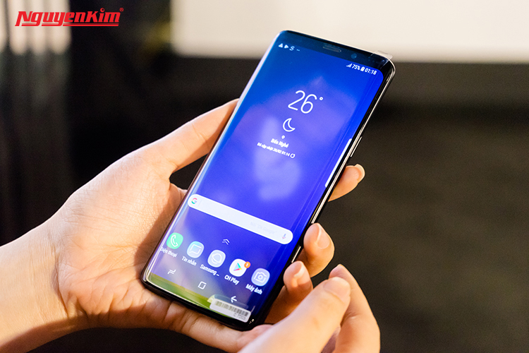 """Galaxy S9 và S9+ sẽ chính thức lên kệ vào ngày 16/3, từ giờ bạn đã có thể đặt trước tại Nguyễn Kim và nhận phần quà giá trị lên đến 4 triệu đồng cùng cơ hội trúng 50 triệu. Thời gian có hạn, nhanh tay truy cập website nguyenkim.com hay gọi đến tổng đài 1900 1267 kẻo bỏ lỡ cơ hội là một trong những người đầu tiên sở hữu siêu phẩm và cơ hội nhận quà """"khủng"""" nhé!"""