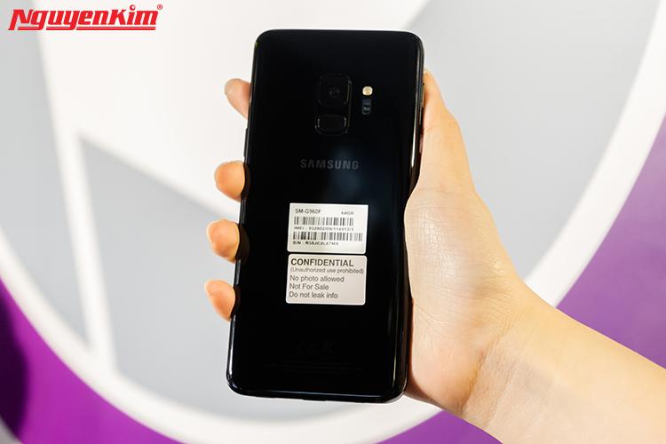 Cảm biến vân tay được dời xuống vị trí bên dưới camera chính giúp người dùng dễ dàng mở khóa, tránh tình trạng nhầm lẫn.