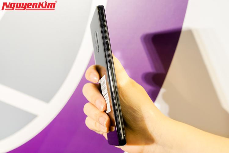 """Những sản phẩm của Samsung không những """"tốt gỗ"""" mà còn tốt cả """"nước sơn"""". Kích thước màn hình lớn cho trải nghiệm xem phim, làm việc, giải trí thêm phần thú vị, nhưng điện thoại vẫn giữ được vẻ thon gọn và cầm rất chắc tay, thích hợp cho cả nam lẫn nữ."""