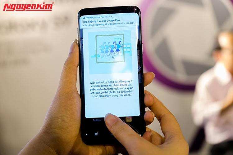 Thước phim quay chậm giúp ta khám phá được vẻ đẹp của những thứ tưởng chừng bình thường trong cuộc sống. Và Galaxy S9/S9+ với chế độ quay siêu chậmSuper Slow-mo có khả năng thu được 960 khung hình trên giây sẽ biến thời khắc rót nước vào ly hay hình ảnh chú chó giũ lông... cũng trở thành một tác phẩm nghệ thuật khiến bạn chỉ muốn tua đi tua lại xem. Thêm vào đó, người dùng còn có thể chuyển đoạn video quay chậm trên Galaxy S9/S9+ thành ảnh GIF.