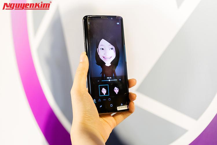 """Nếu """"nhà Táo"""" sở hữu chế độ animoji thú vị, thì """"nhà Sung"""" có tính năng emoji độc đáo. Điểm cộng tiếp theo trên camera Galaxy S9/S9+ chính là biểu tượng cảm xúc thông minh AR Emoji.Người dùng có thể tạo ra một emoji nhìn, phát tiếng, cử động giống như mình và chia sẻ được trên hầu hết nền tảng nhắn tin của bên thứ ba."""