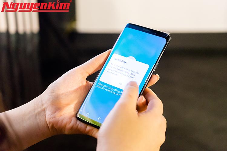 Bên cạnh đó, nền tảng trí tuệ nhân tạo cũng được Samsung tích hợp vào camera, sử dụng công nghệ thực tực tế tăng cường, học hỏi tự động để cung cáp các thông tin hữu ích về môi trường xung quanh người dùng.Bixby ngay lập lức tạo ra thông tin trực tiếp trên chính hình ảnh mà camera đang hướng vào nhờ vào khả năng phát hiện cũng như nhận dạng đối tượng thời gian thực.