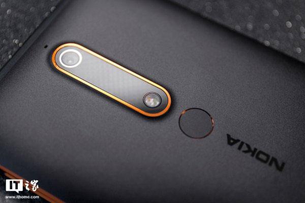 Điểm nhấn màu cam ở các cạnh viền tạo sự khác biệt cho chiếc điện thoại Nokia này