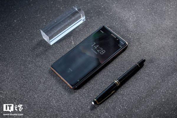 Tông màu đen chủ đạo và thêm những điểm nhấn màu cam bố trí quanh thân máy, tạo ra một Nokia 6 rất khác biệt