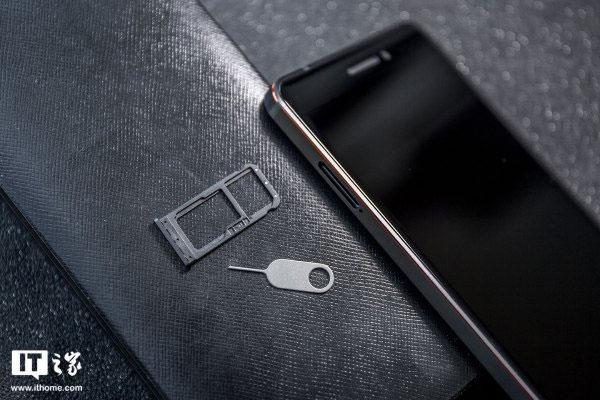 Máy đi kèm với 2 SIM Nano (SIM 2 chung khe thẻ nhớ)